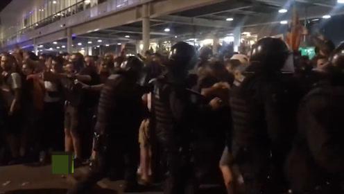 西班牙加泰罗尼亚持续骚乱 暴力示威者头戴黑色面罩 占领机场
