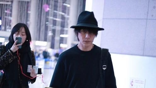 陈坤亮相机场疑赴周迅生日宴 忙跟网友唠嗑错过飞机