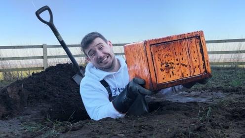 在地下挖出一个箱子,打开一看,小伙激动不已!