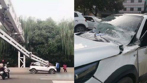 石家庄外环路上限高杆突然掉落两车被砸 小车挡风玻璃被砸碎