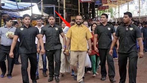 """印度土豪打造""""黄金""""衬衫,出门多名保镖贴身保护,引众人疯狂围观"""