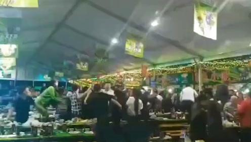 """桂林一啤酒节上演""""动作大片"""" 多人扭打在一起拳头板凳齐上阵"""