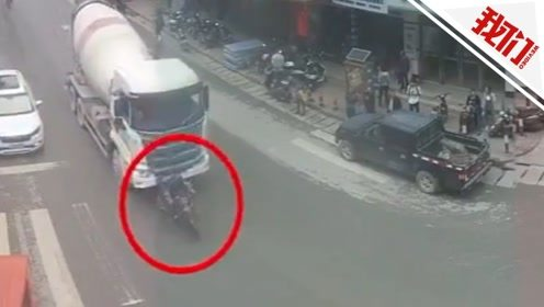 摩托车欲超水泥罐车被撞倒推行 司机弃车弹起幸运逃生