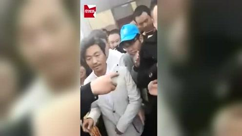 王宝强在母亲去世后首度回乡,乡民们列队欢迎阵仗大