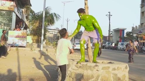 小伙假扮绿巨人雕塑,美女被吓得尖叫,浩克你的肌肉呢