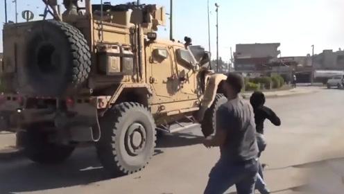 """实拍美军撤离叙利亚 库尔德人用土豆猛砸军车高喊""""美国骗子""""!"""
