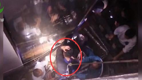 男子失足落入10余米缝隙 消防员紧急营救