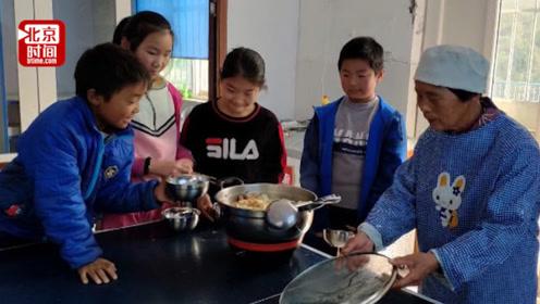 贫困山区小学中午吃饭难 7旬老人义务为学生做饭每天不重样