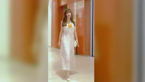 电梯口遇到仙气十足的小姐姐,长得这么可爱,是迷路了吗?