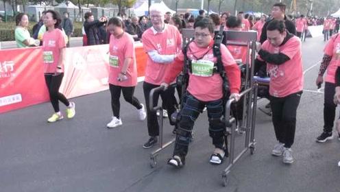 他双腿残疾,扔下轮椅参加马拉松:呼吁更多的人关爱残疾人