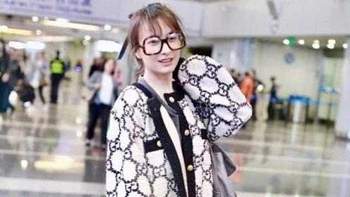 吴昕最新机场秀,针织外套搭休闲裤舒适保暖,梳空气刘海美回18岁