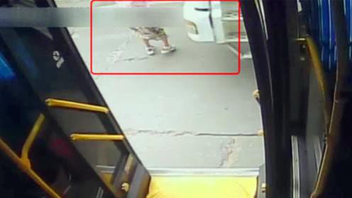 女子下公交车瞬间遭渣土车碾压 监控拍下可怕瞬间