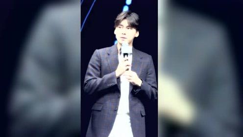 李易峰出席活动跟粉丝有爱互动