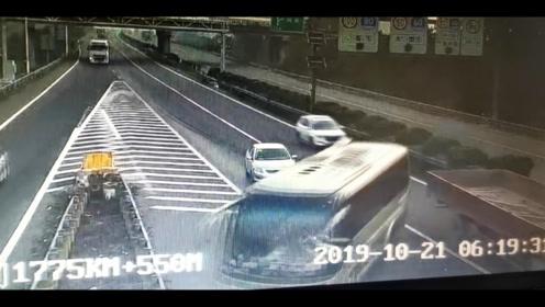轿车高速公路变道停车 大客车为躲避载着35人冲出公路