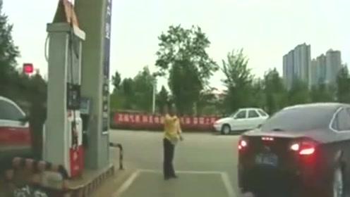 """女司机在加油站倒车,""""神操作""""把加油员都看懵了!"""