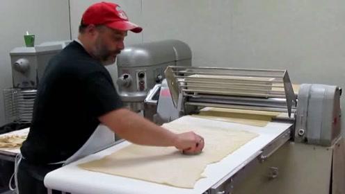 俄罗斯大叔制作饺子皮,简直是个人才,一次性成型十几张