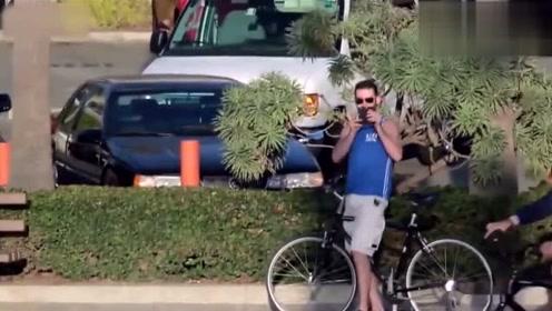 歪果仁作死日常,粉色自行车竟然可以自动跟着路人!