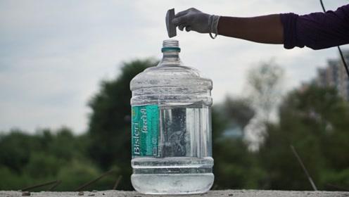 老外实验:把金属钠放进饮水机瓶里,下一秒场面太激烈了!