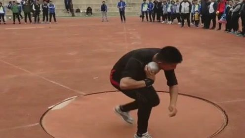小哥投球的动作就不一般,愣是投出了11米的成绩,让人目瞪口呆!