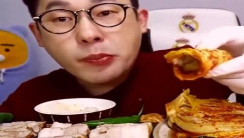 韩国眼镜哥吃泡菜,还有米饭,感觉好会吃!