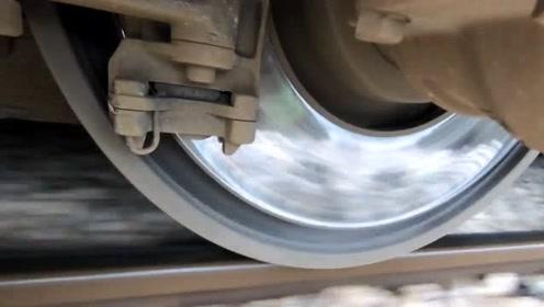火车底下挂个摄像头,看看车轮在轨道上行驶的变化,太直观了!