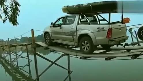 这是我见过最有胆量的汽车司机,竟敢从吊桥上过!