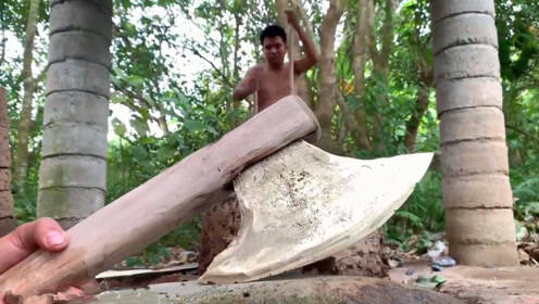 原始技术,两兄弟野外生存炼出铜来,打造一把大铜斧