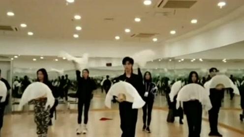 男神宋继扬舞蹈室练习古风《莫问归期》,网友:太养眼了!