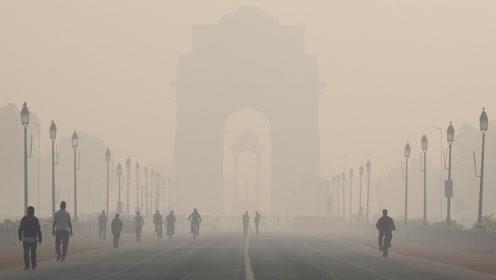 """印度首都遭雾霾封锁宛如""""毒气室"""" 空气指数爆表显示999"""