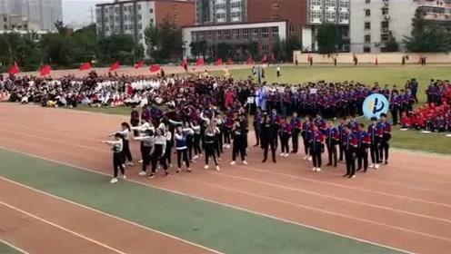 别人学校的运动会,这个班级跳blackpink的舞蹈,全场最帅