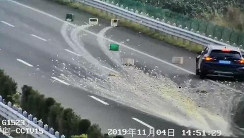 """高速公路成""""蛋花汤""""制作现场,28筐鸭蛋洒满地"""