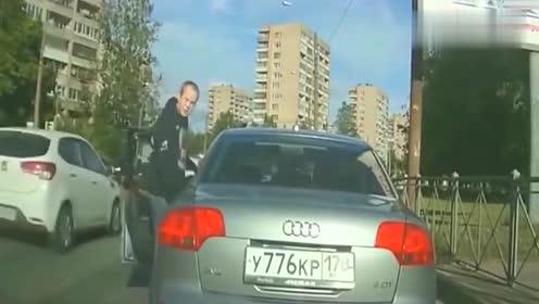 开豪车就了不起吗,别车还想打人,拍下嚣张一刻
