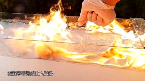 水中加入化学药品,遇到火柴的瞬间,水面燃起了火焰