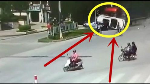 太惨了!万分危急时刻,小轿车司机只能任由大货车摆布