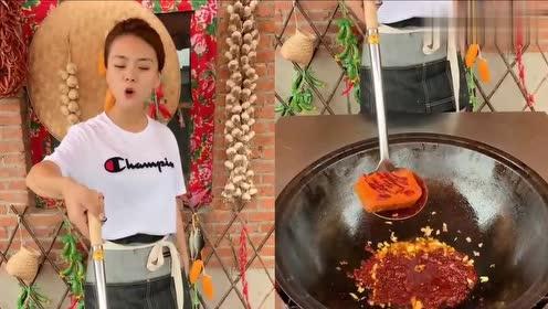 美女吃麻辣小龙虾火鸡面,看到眼前这,真是我向往的生活!