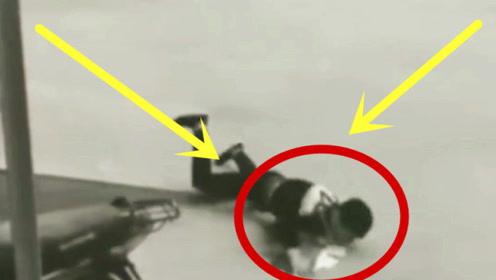 小伙低头玩手机,意外摔倒在地,下秒三天吃不下饭!