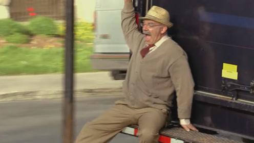 老人跌倒被路人好心扶到汽车休息,结果修助行器时,老人被汽车带走