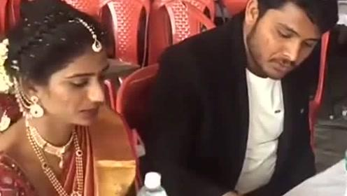 印度男人的眼神真厉害,只是看了妻子一眼,立马就严肃了!