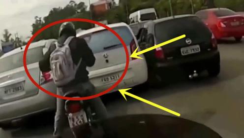 轿车高速耍流氓,故意撞摩托车,不料引起公愤,下一秒绝望了!
