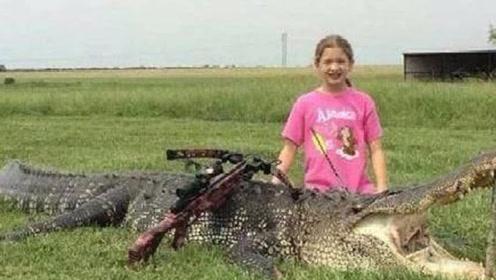11岁女孩洗澡时,自己朋友被鳄鱼缠住,勇敢和鳄鱼搏斗救下朋友