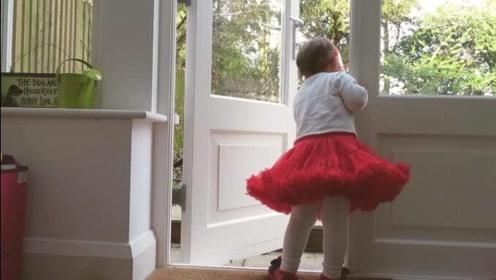 Emilia倚在门边等爸爸回来, 太可爱了,孩子真的是天使