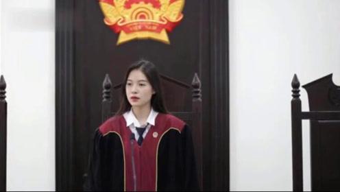 越南法律系女大学生穿法官服走红,称会从事相关工作对网红没兴趣