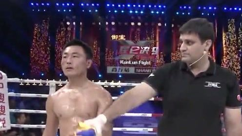 急了!杨建平看同胞被韩国拳王KO后,冲上擂台脱衣下战书