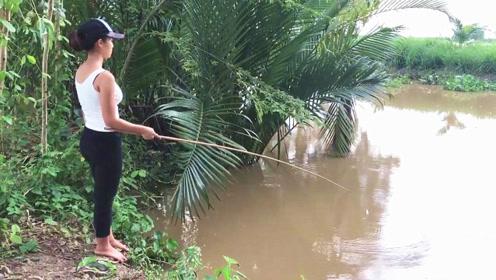 村花用蛇肉做诱饵,站在水坑边专心钓鱼,下一幕收获太令人嘴馋了