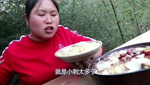 胖妹吃酸菜鱼得到经验,5斤大草鱼这个部位最嫩了,胖妹一锅全吃光!