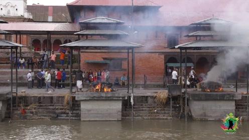 尼泊尔的烧尸庙,火化过程和葬礼都被围观,尼泊尔人淡定看待死亡