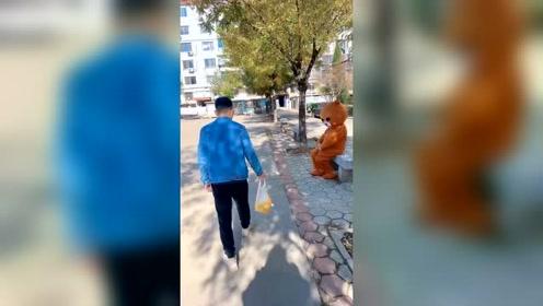 我把橘子都还给他了,为什么他还追着我不放呢?