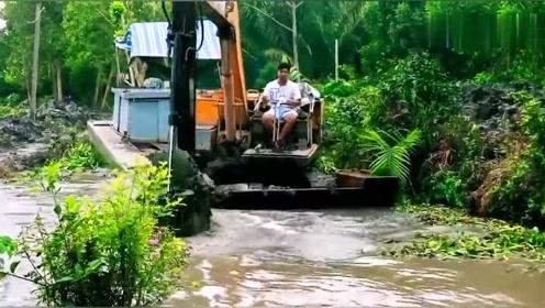 开这机器清理河道,需要过硬的驾驶技术