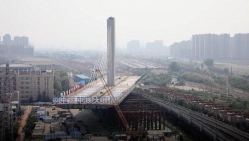 """中国工程制造!8万吨重的桥梁能原地""""旋转"""",脚下车流纵横"""