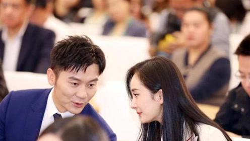 杨幂淡妆出席北京秋推会启动仪式,与李晨台下交谈甚欢,异性缘超好